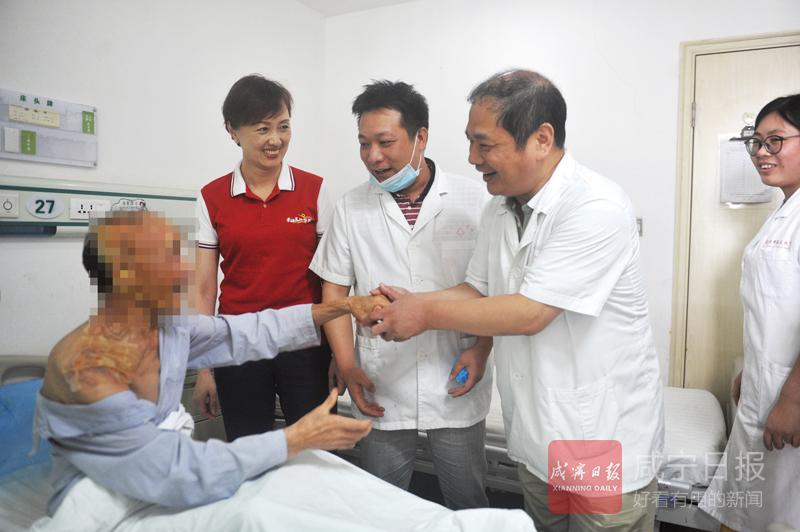 圖文:救助燒傷老人