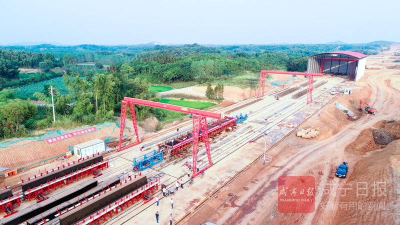 图文:赤壁长江公路大桥南岸首片预制箱梁顺利浇筑