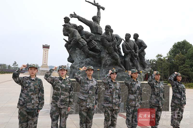图文:应征入伍女兵接受革命传统教育