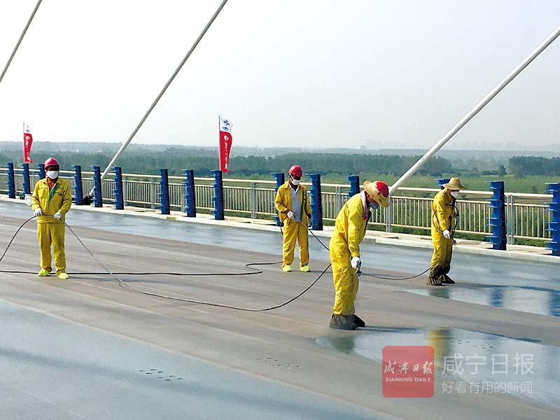 图文:嘉鱼长江大桥桥面铺装进行时