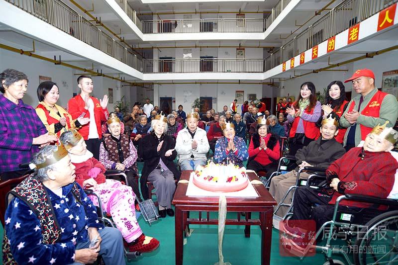 图文:福利院老人过集体生日