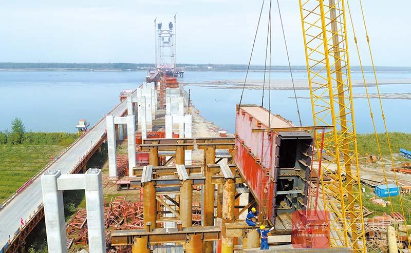 图文:赤壁长江大桥南岸滩桥进行移动模架拼装