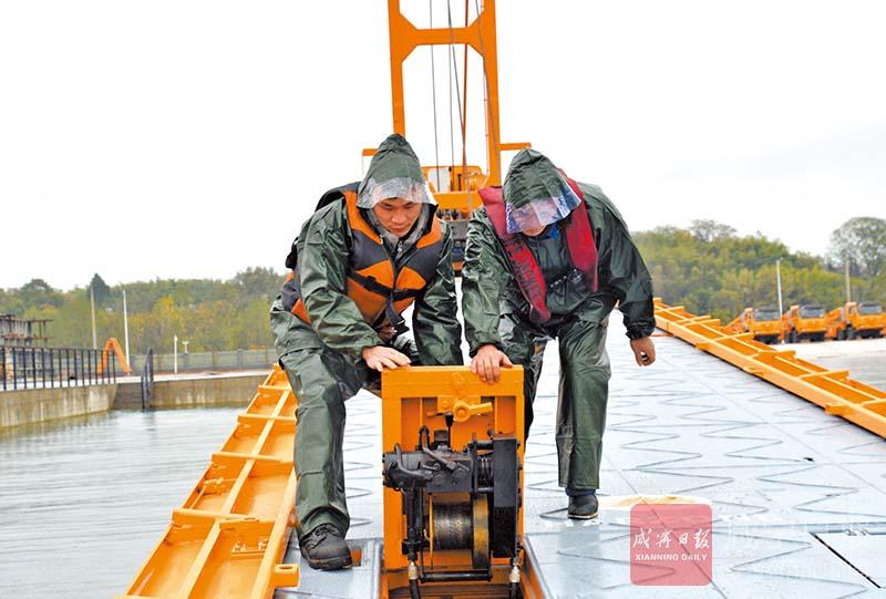 图文:动力舟桥应急演练