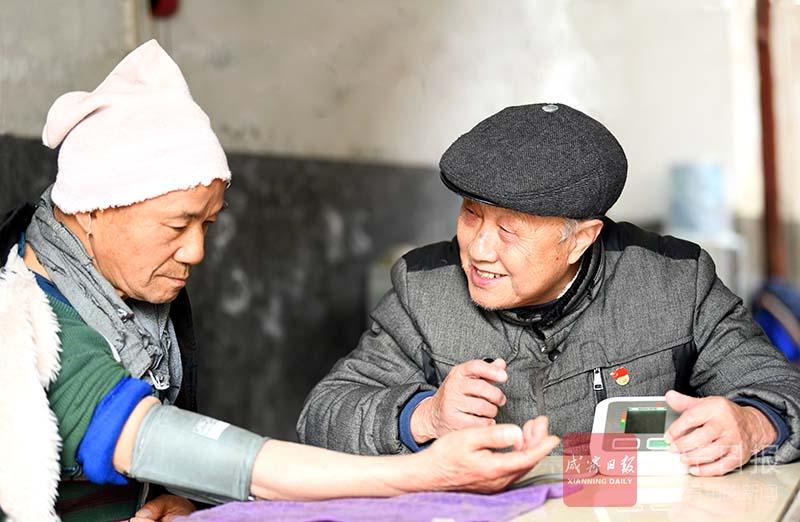 图文:80岁老党员9年义务量血压