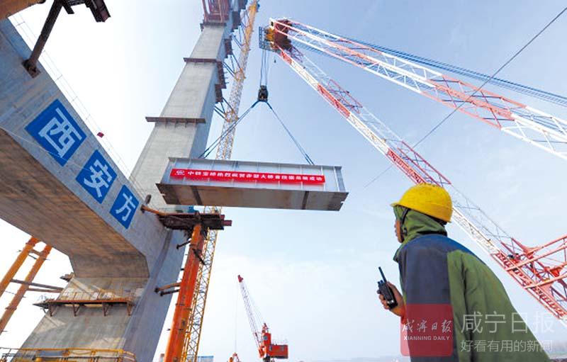 圖文:赤壁長江公路大橋首片鋼梁成功架設