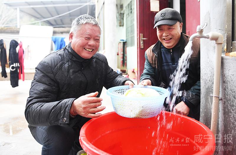 """图文:喝上""""放心水""""村民乐开怀"""