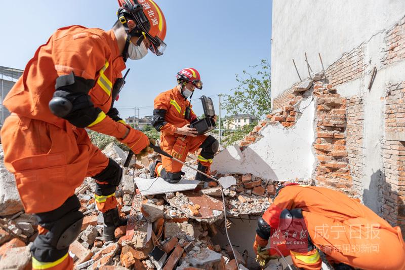 图文:咸宁消防开展地震灾害救援演练