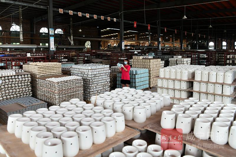 图文:陶瓷工艺品出口忙