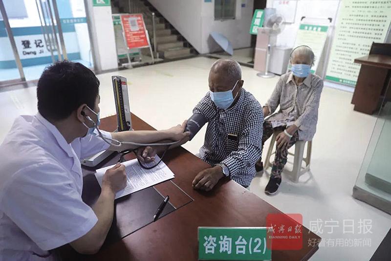 图文:咸宁百岁夫妻接种新冠疫苗