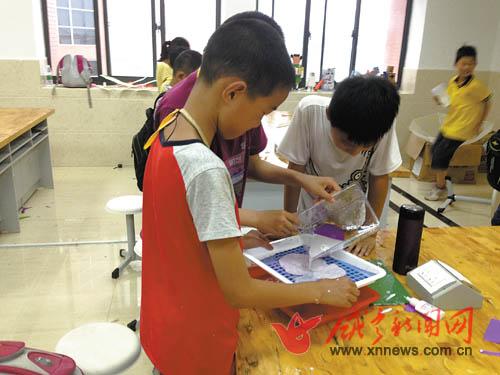 读五年级的冯楼可在父母的帮助下