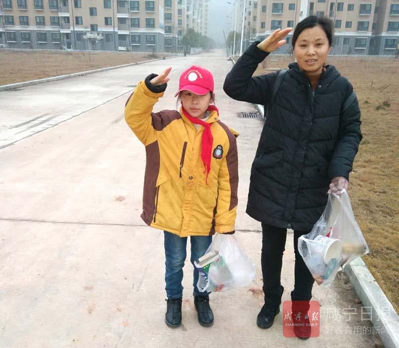 """【创建全国文明城市】红领巾""""小红帽""""牵手家长进社区"""