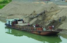 嘉鱼采取高强度执法频次  严打长江岸线非法采砂